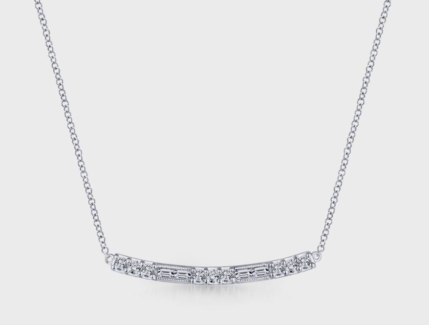Gabriel & Co. Collier en or blanc 14K avec diamants.