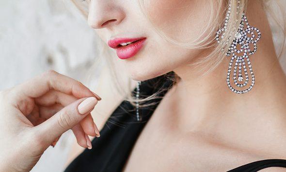 lady-wearing-earring
