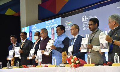 Mr. Murugesh Nirani (5th from left), Hon'ble Minister of Large and Medium Industries, Govt. of Karnataka & Colin Shah (6th from left), Chairman, GJEPC along with other dignitaries unveiling the special edition of Solitaire International magazine at IIJS Premiere 2021